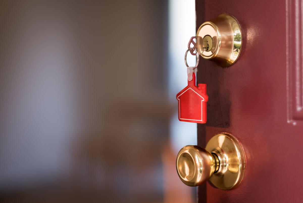 Insérez la clé en toute sécurité dans la serrure de votre bien locatif
